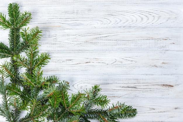 Ramo verde dell'abete rosso dell'abete del pino di natale su fondo di legno
