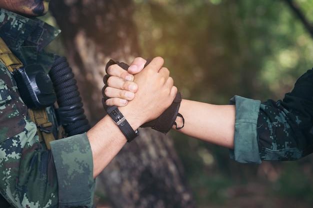 Ranger che festeggiano il successo, battendo le mani. immagine concettuale del lavoro di gruppo.