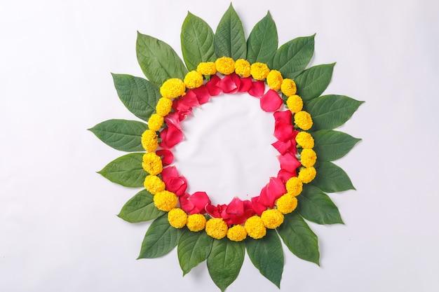Rangoli di fiori di calendula design per diwali festival, decorazione floreale del festival indiano