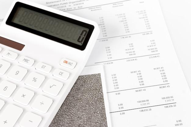 Rapporto di riepilogo dell'analisi di avvio dell'attività e utilizzo di una calcolatrice per calcolare i numeri.