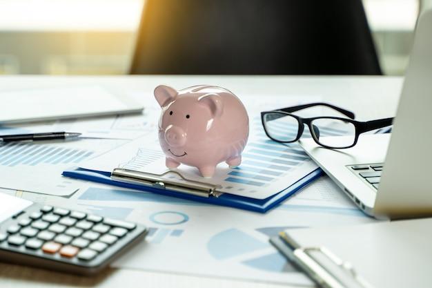 Rapporto finanziario - pila di soldi di contabilità di affari di concetto uomo di affari che usando i grafici ed i grafici di dati di discussione e di analisi del grafico del calcolatore