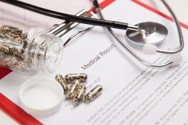 Rapporto medico e cardiogramma
