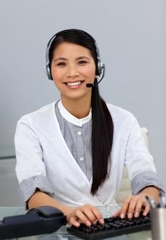 Rappresentante del servizio clienti etnico con auricolare acceso