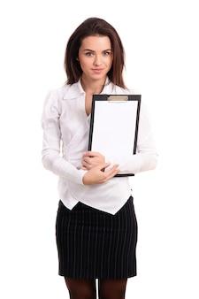 Rappresentante femminile or business woman holding un bordo di clip vuoto in bianco
