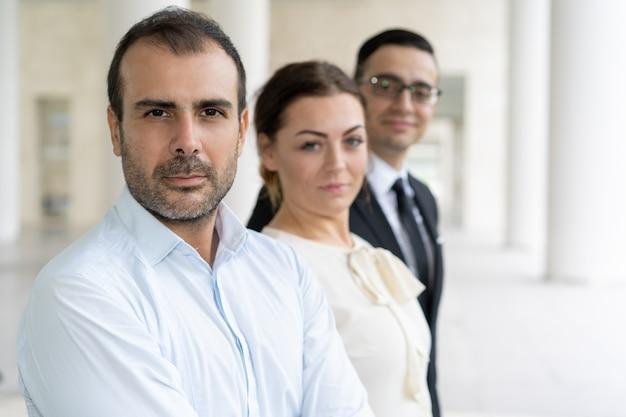 Rappresentanti aziendali seri e fiduciosi