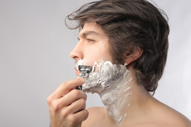 Rasatura con un rasoio