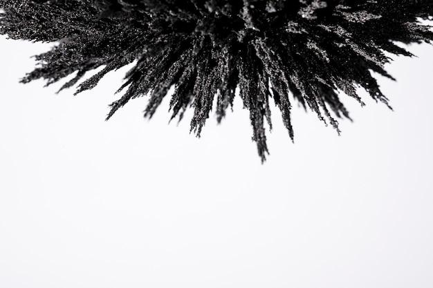 Rasatura metallica magnetica sopra fondo bianco