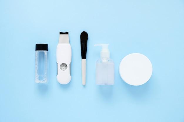 Raschietto ad ultrasuoni. procedura di pulizia ad ultrasuoni del viso