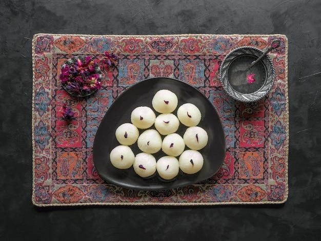 Rasgulla dolce tradizionale indiano, fine in su, spazio della copia