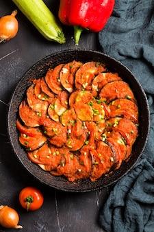 Ratatouille francese provence piatto di verdure zucchine peperoni e pomodori melanzane