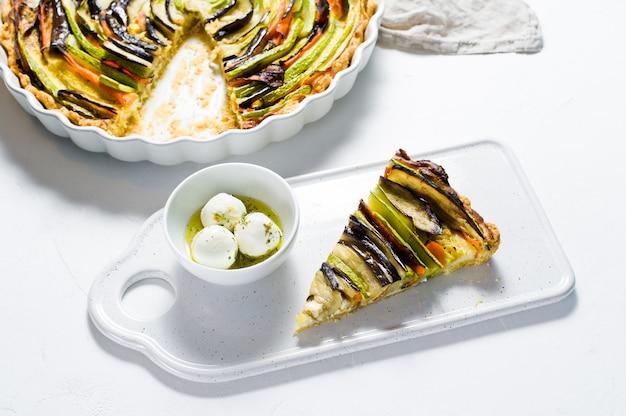 Ratatouille francese tradizionale su un bordo di ceramica con formaggio di capra.