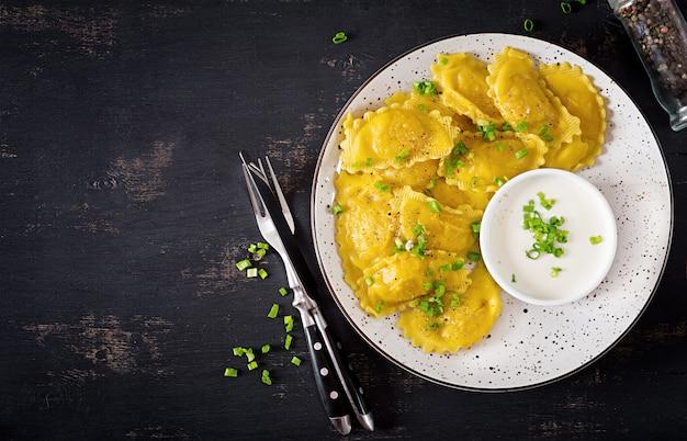 Ravioli con spinaci e ricotta. cucina italiana. vista dall'alto