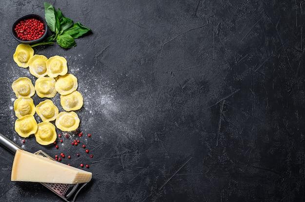 Ravioli crudi il processo di preparazione dei ravioli italiani fatti in casa