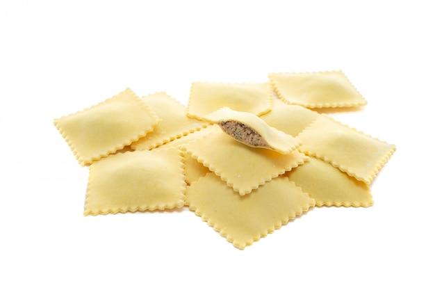 Ravioli di pasta con carne isolata on white