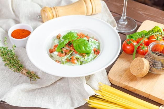 Ravioli di pasta verde ripieni