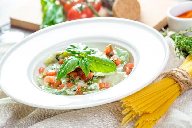 Ravioli di pasta verde ripieno
