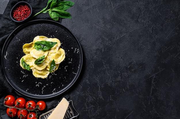 Ravioli italiani con formaggio e basilico. spazio per il testo