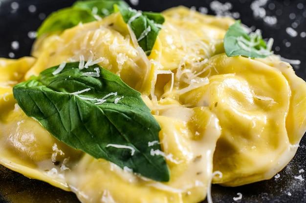 Ravioli italiani con formaggio e basilico