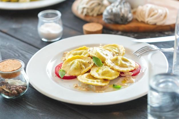 Ravioli italiani nel piatto