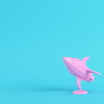 Razzo rosa con supporto su sfondo blu brillante in colori pastello. concetto di minimalismo