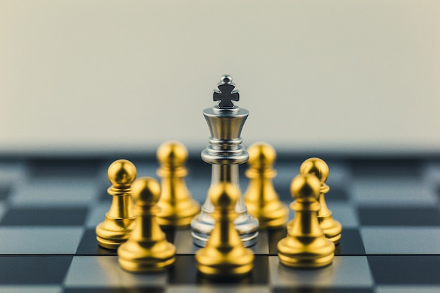 Re d'argento nella vittoria degli scacchi degli scacchi o decisione del percorso verso il successo.