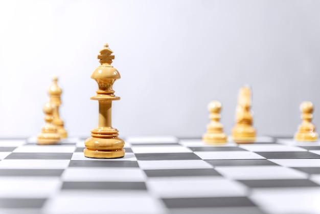 Re di legno in piedi pezzo degli scacchi