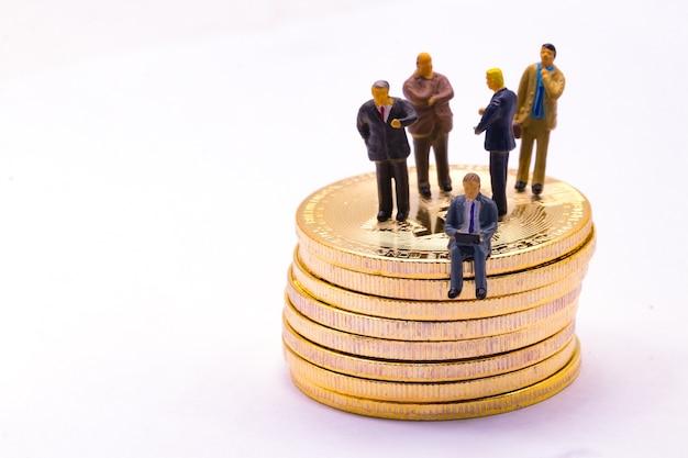 Real golden bitcoin e mini uomo d'affari per il concetto di bitcoin finanziario o commerciale