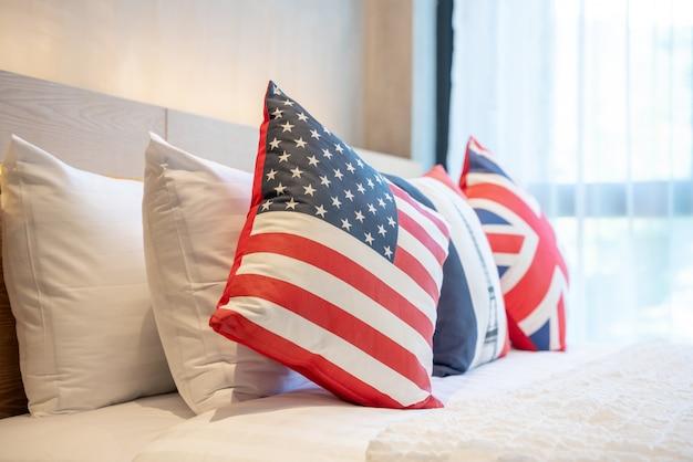 Real luxury interior design in camera da letto con luce e spazio luminoso, cuscini bandiera inghilterra e america