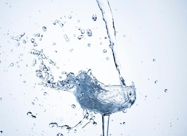 Realistica dinamica dell'acqua in vetro