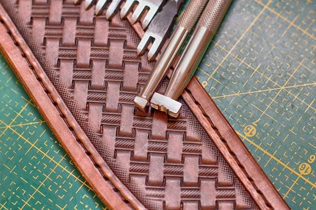 Realizzazione di stampa su pelle con utensili manuali
