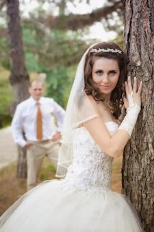 Recentemente coppia sposata che posa nel parco di autunno