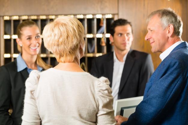Reception, ospiti che effettuano il check-in in un hotel