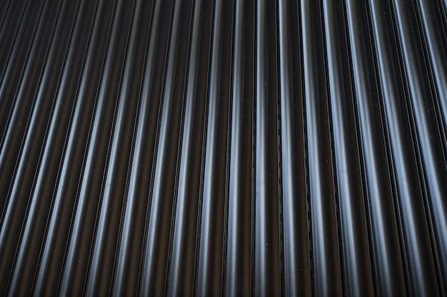 Recinto di latta di ferro nero rivestito di sfondo. struttura in metallo