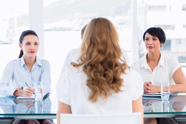 Reclutatori che controllano il candidato durante il colloquio di lavoro