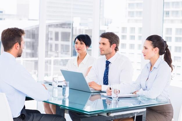 Reclutatori che controllano il candidato durante un colloquio di lavoro