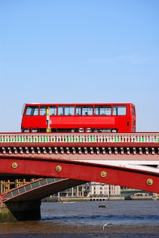 Red autobus a due piani sul ponticello di blackfriars a londra