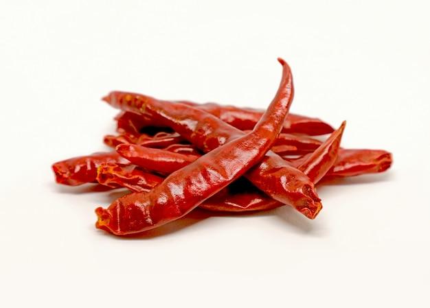 Red close chili peppers isolate su fondo bianco