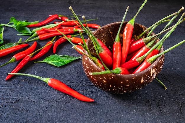 Red hot chili pepper sul pavimento di legno nero