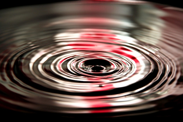 Red of water fa cadere una bella forma in bacino.