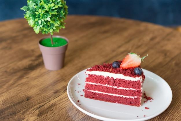 Red velvet cheesecake sulla tavola di legno nella caffetteria.