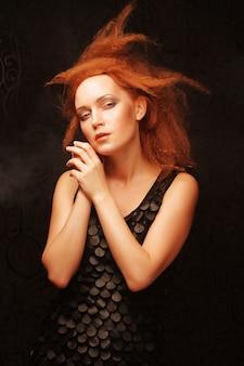 Redhair donna con acconciatura creativa