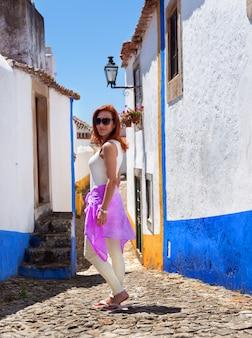 Redhead bella donna nella città di obidos