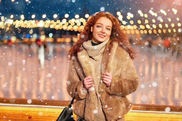 Redhead giovane donna in piedi natale giusto tempo di vacanze invernali