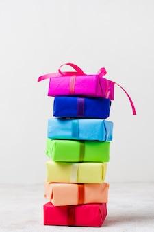 Regali arcobaleno sul tavolo per la festa di compleanno