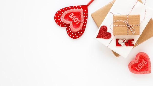 Regali con cuori e copia spazio per san valentino
