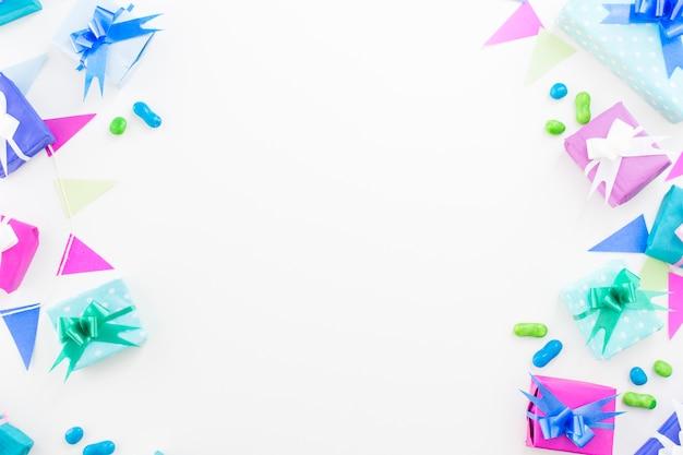 Regali di compleanno; caramelle e zigolo su sfondo bianco