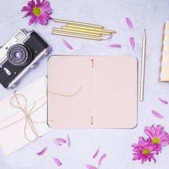 Regali di compleanno con petali viola intorno a loro