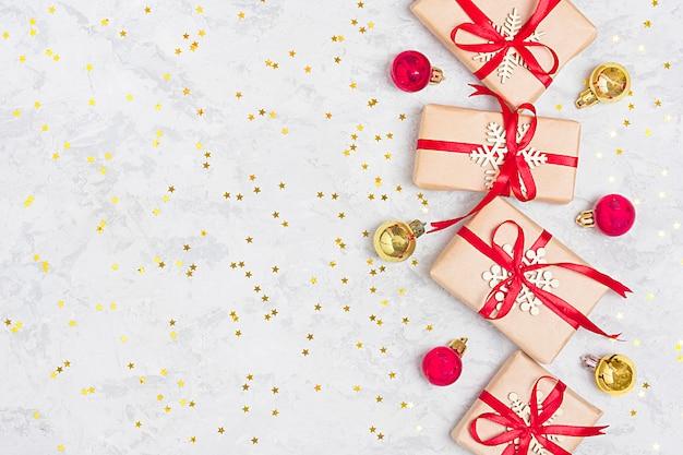 Regali di decorazioni di natale, glitter, palle, caramelle, fiocchi di neve su bac in calcestruzzo grigio