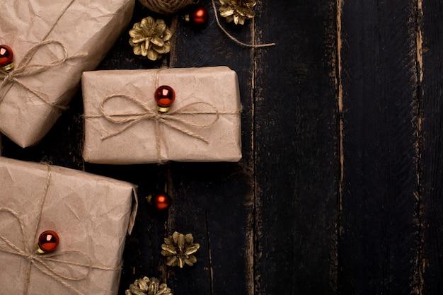 Regali di natale con decorazioni di capodanno su una superficie di legno