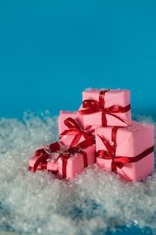 Regali di natale, concetto. un sacco di scatole regalo